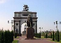 Триумфальная арка и памятник Жукову в городе Курске