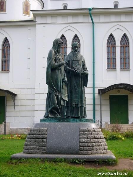 Памятник Кириллу и Мефодию внутри дмитровского кремля