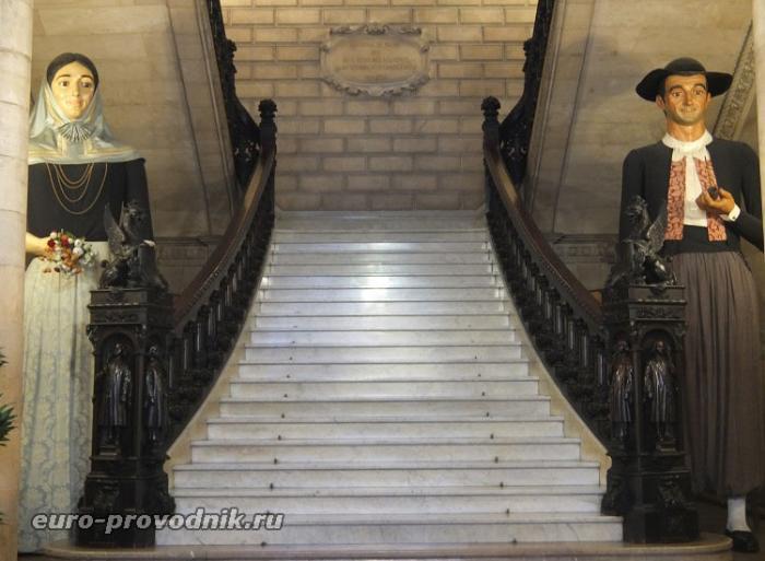 Парадная лестница и национальные герои