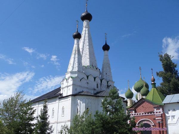 Дивная церковь Алексеевского монастыря со стороны входа в обитель, Углич