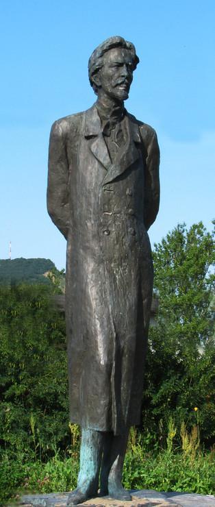 Памятник А.П.Чехову скульптора М.К.Аникушина на улице Чехова в городе Александровск-Сахалинский. Фото 2009 г.