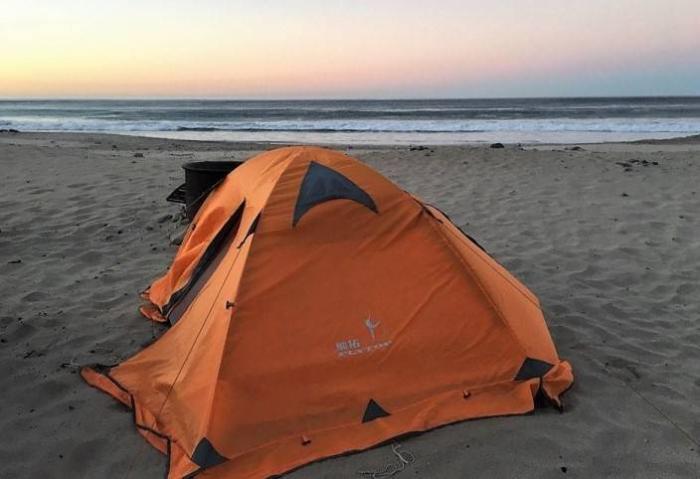 палатка на берегу моря