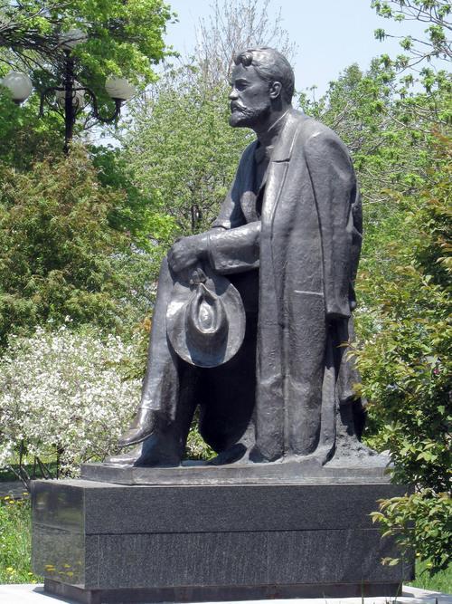 Памятник А.П.Чехову скульптора А.А.Тюренкова в городе Южно-Сахалинске. Фото 2008 г.