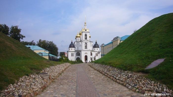 Вид на Успенский собор дмитровского кремля