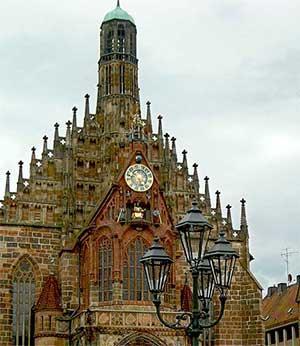 Церковь Божьей матери - это тоже известная достопримечательность Нюрнберга