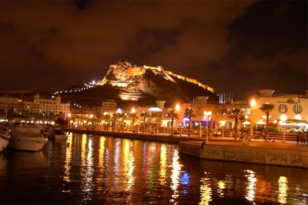Вечерние огни побережья города Аликанте.