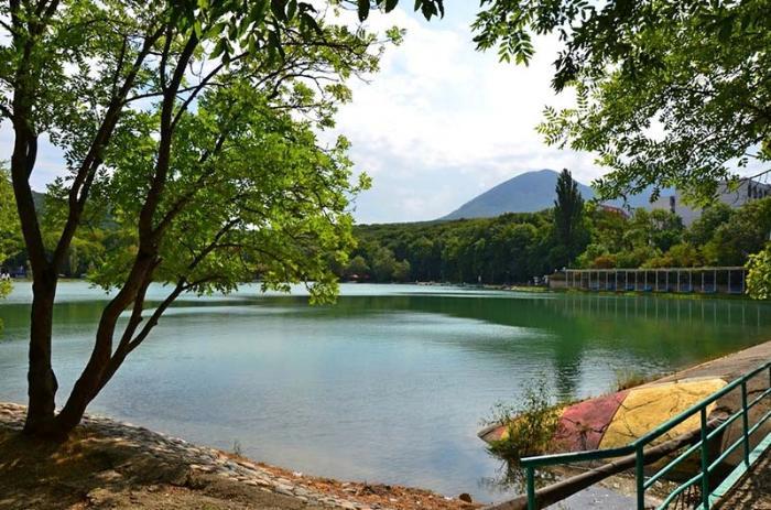 Декоративное курортное озеро