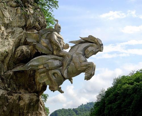 Георгий Победоносец выскакивает из скалы, Владикавказ