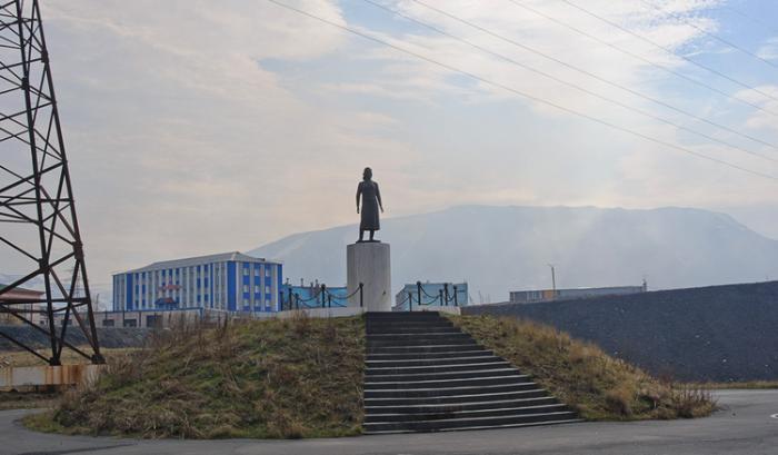 Памятник девушке-геологу