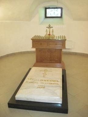 Мраморная плита на могиле Павла Петровича Мельникова