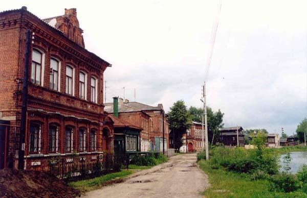 Улица Брагина (бывшая Болотная). Полукругом огибает Кабацкое озеро; фасады домов обращены к водному пространству