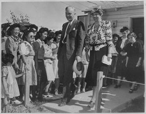 Элеанора Рузвельт посещает интернационный лагерь у реки Хила
