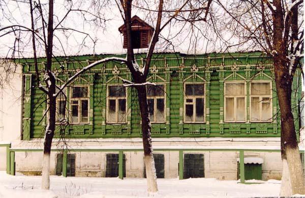 Дом И. В. Хохлова, начало ХХв. (ул.Ленина, 93). Был частью крупного усадебно-производственного комплекса И. В. Хохлова. Отличается прекрасной резьбой, украшающей наличники, фриз, пилястры