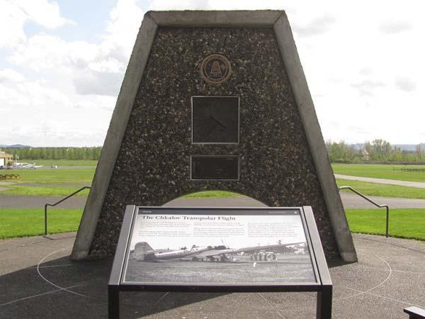Памятник Чкалову в Ванкувере