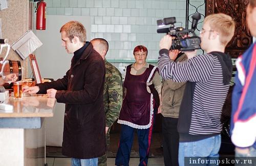 На фото: съемочная группа «Телекома» в гдовском кафе
