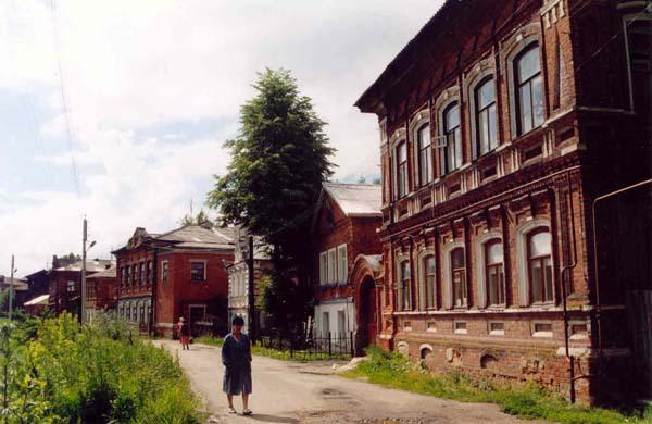 Улица Брагина (бывшая Болотная). Улица сохранила цельный фрагмент застройки конца XIX в., сформированный рядом усадебных комплексов, выполненных из лицевого красного кирпича