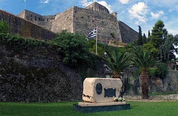 Одна и главных достопримечательность Корфу - памятник адмиралу Ушакову