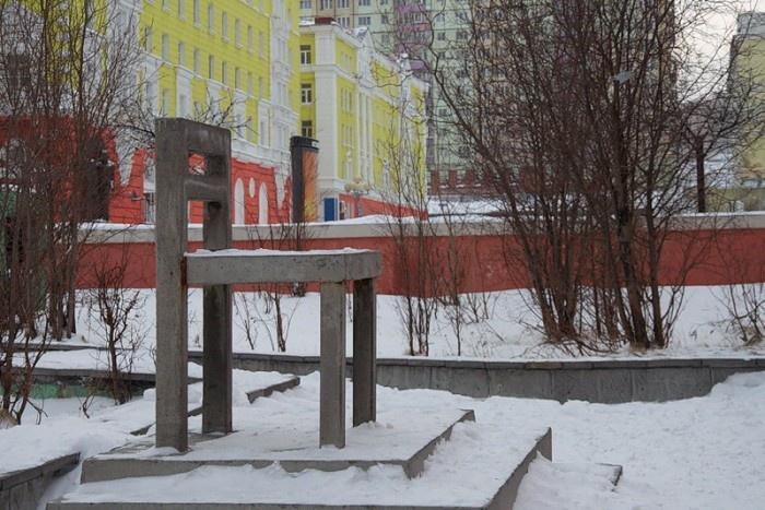 Памятник стулу, Норильск