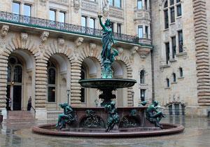 Фонтаном Гигиеи - еще одна известная достопримечательность Гамбурга в Германии