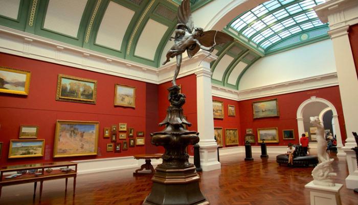 Внутри галереи искусств