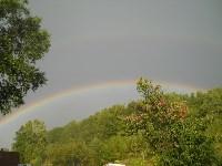 Если хорошо приглядеться, то можно увидеть, что радуга в этот день была двойная. Одна которая пониже - яркая, а которая повыше - она побледнее.