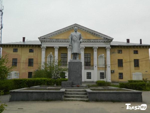 Памятник В. И. Ленину в центре города