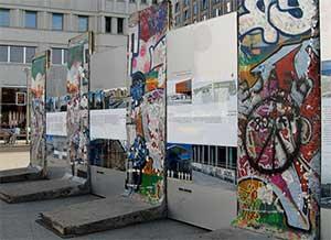 Берлинская стена является одной из самых популярных достопримечательностей столицы Германии - Берлина