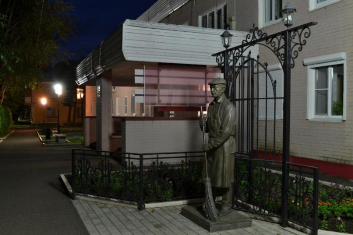 Памятник дворнику, Глазов