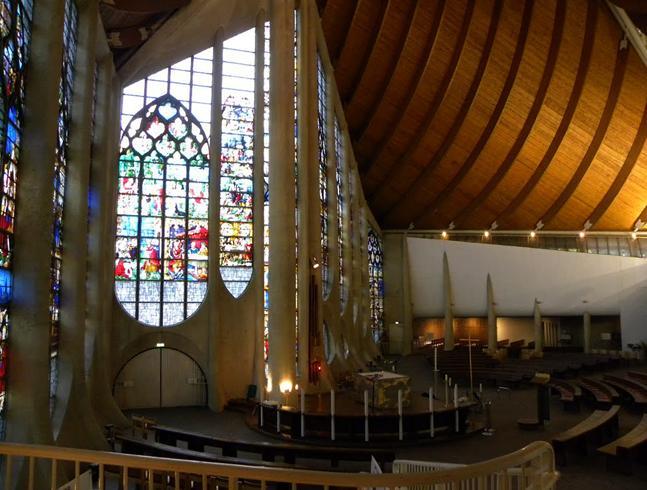 Внутри собора Святой Жанны -д'Арк