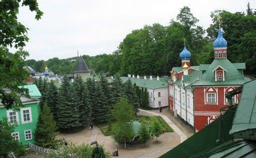 фото вида на Псково-Печерский монастырь
