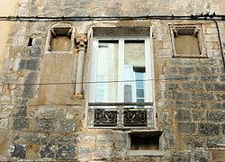 hôtel de la Baume - перестроенный в 1946 году, сохранил оригинальные элементы 14 века - оконные пролеты и капитель.