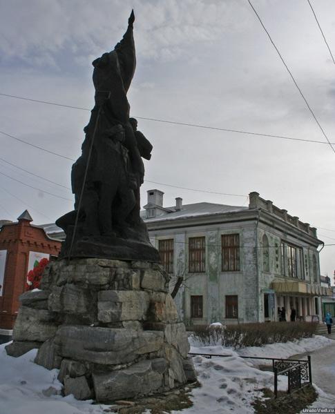 Памятникам труженикам тыла и воинам Урала в Каслях