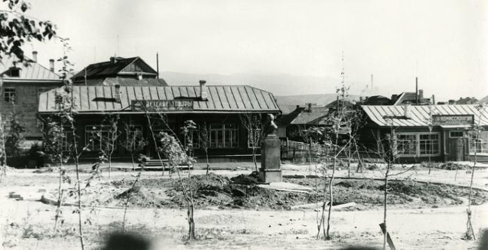 Бюст А.П.Чехова на улице Советский (район автостанции) в городе Александровск-Сахалинский. Фото 1960-х годов