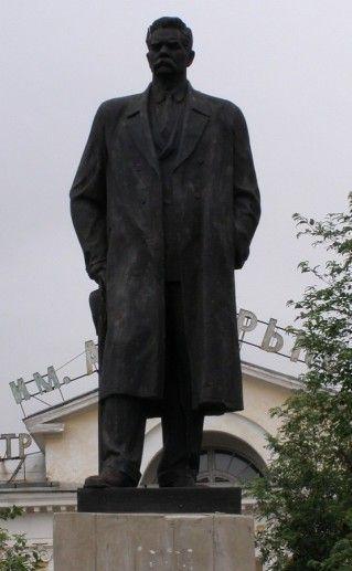 фотография памятника Максиму Горькому в Печоре