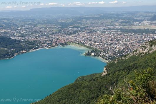Вид с высоты на озеро и город Анси
