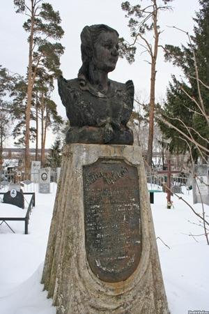 Могила Аиды Иовлевой на кладбище Каслей