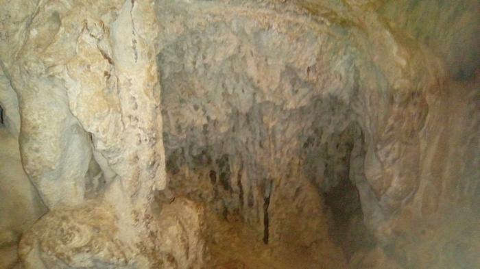 В пещере со сталактитами