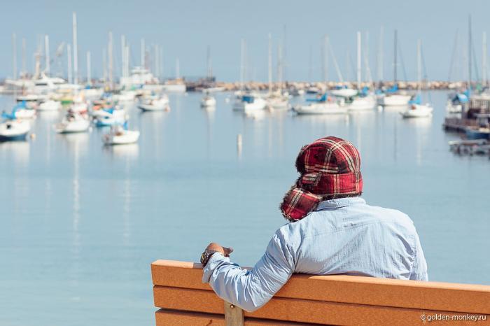 Вид на Тихий океан с набережной в городе Монтерей, Калифорния, США