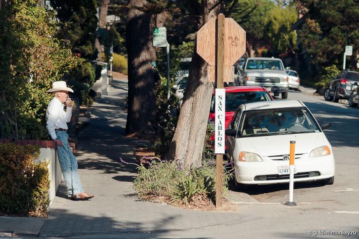 Улочка в городке Кармел, Калифорния, США