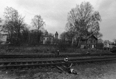 Железная дорога с видом на городскую водонапорную башню. 1989 г.