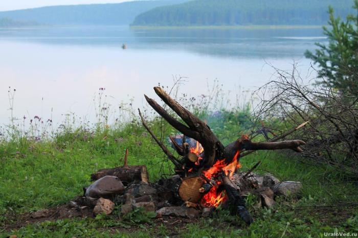 Костер на берегу Михайловского пруда