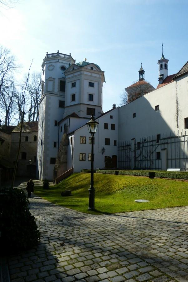Водяная башня и красные ворота