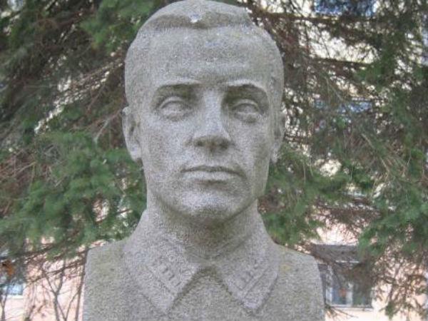 бюст Иванову Герою советского союза