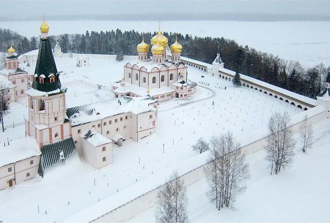 Иверский монастырь зимой