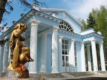 "Курорт Кашин, скульптура ""Мальчик"" у питьевого бювета"
