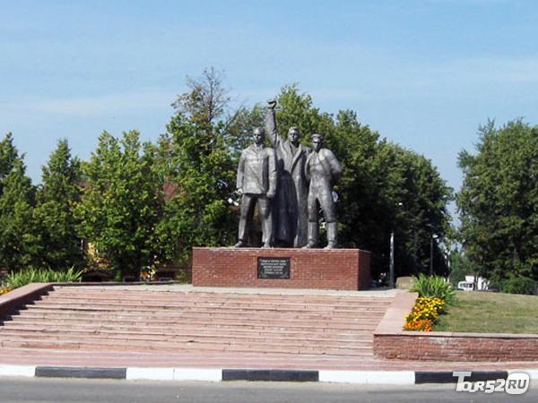 Фото памятник трем коммунистам