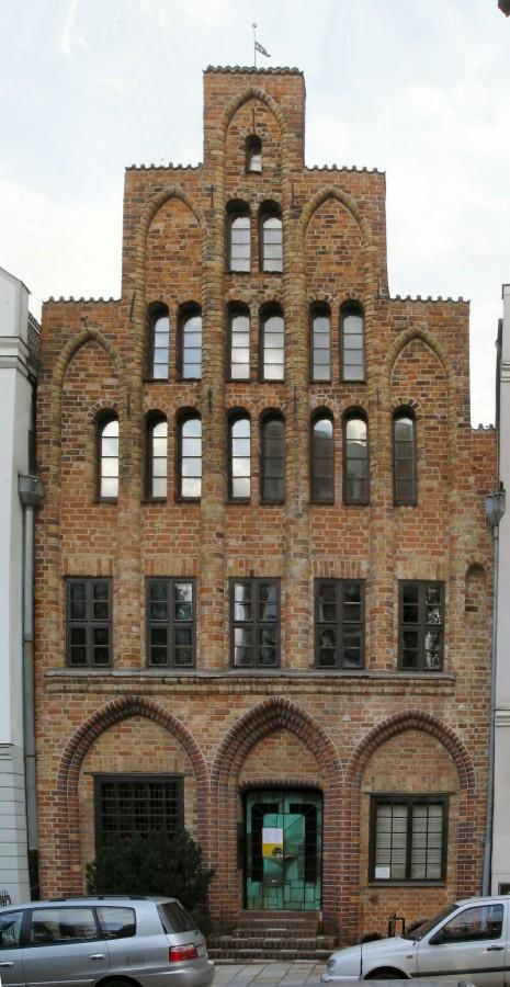 Старый готический дом