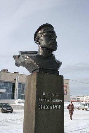 Бюст Захарова около ДК в Каслях