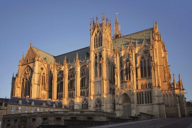 1 Metz_cathedrale_saint_etienne_vue_en_bas_rue_d_estree_sous_lumiere_hiver_0.jpg