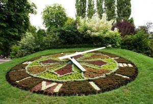 Цветочные часы в парке Пепиньер